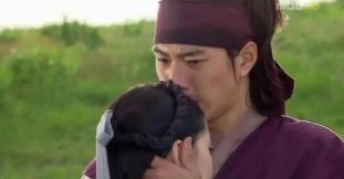 Jumong  embraces  Buyoung_ep_11