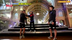 Jihyo - Kwangsoo warm greeting _Running Man ep 189 _Melbourne (9)